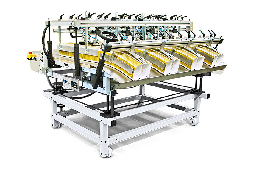 Easy pick-up delivery with automatic counting and batch separating device for clam shell trays or chip scoops.